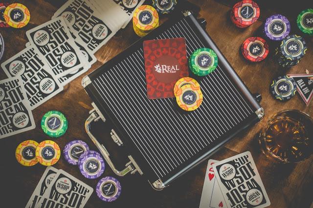 Maleta preta para fichas de poker sobre a mesa com baralhos
