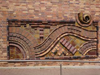 Kunst am Bau neben dem Eingang des Kiezbads am Stern. Gehalten im Stil klassischer Ostmoderne.
