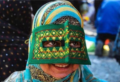 Những phụ nữ đeo mặt nạ bí ẩn ở Trung Đông 6