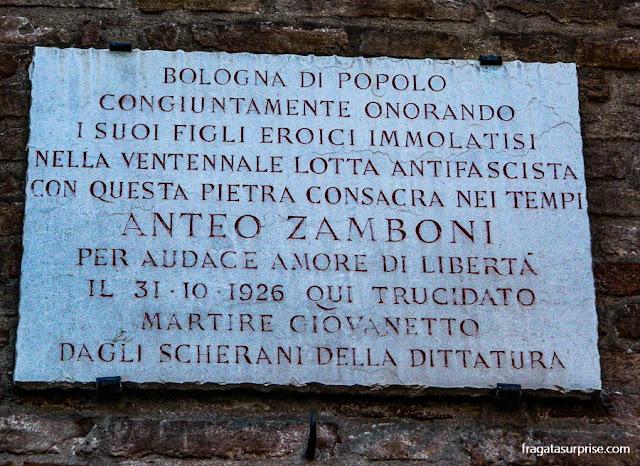 Placa homenageia o militante antifascista Anteo Zamboni em Bolonha, Itália
