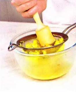 Разливаем суп по тарелкам, посыпаем кинзой или укропом. Сверху выкладываем креветки. Подаем горячим со специями по вкусу.