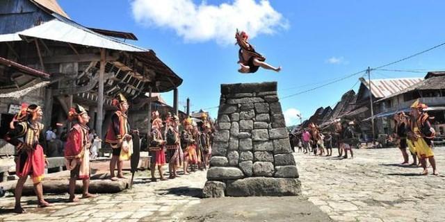 Serunya Wisata Anti-Mainstream ke Desa Adat di Indonesia