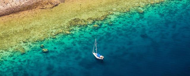 Vue aérienne d'un bateu à voile à la mer