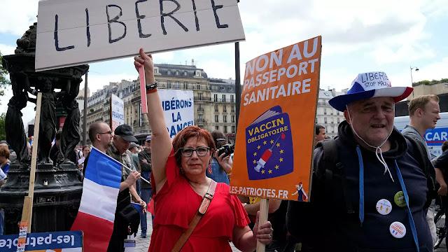 Хаос у Паризу: Сукоби и сузавац на протестима против здравствених пропусница /ВИДЕО/