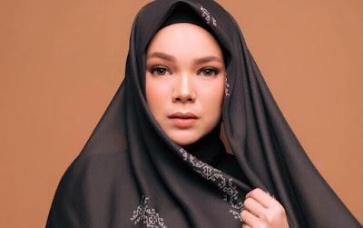 dewi%2Bsandra%2Bwowkeren%2Bcom - 4 Artis Ini Terlahir Muslim, Lalu Pindah Agama Kristen dan Akhirnya Masuk Islam Lagi!
