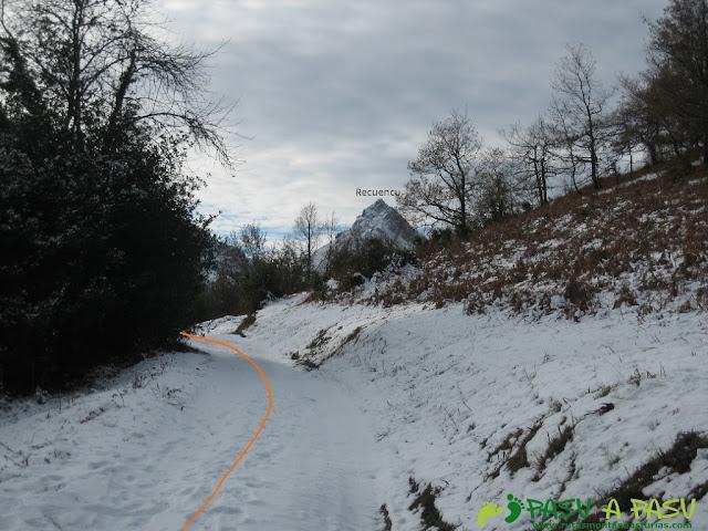 Iniciamos el camino con nieve y el Recuencu al fondo