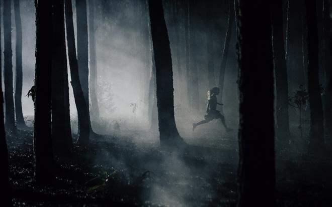 chica perseguida por el bosque