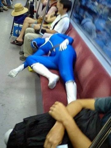power ranger dormindo no trem