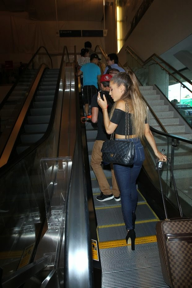 Street Style_Ariana Grande at the airport in Los Angeles