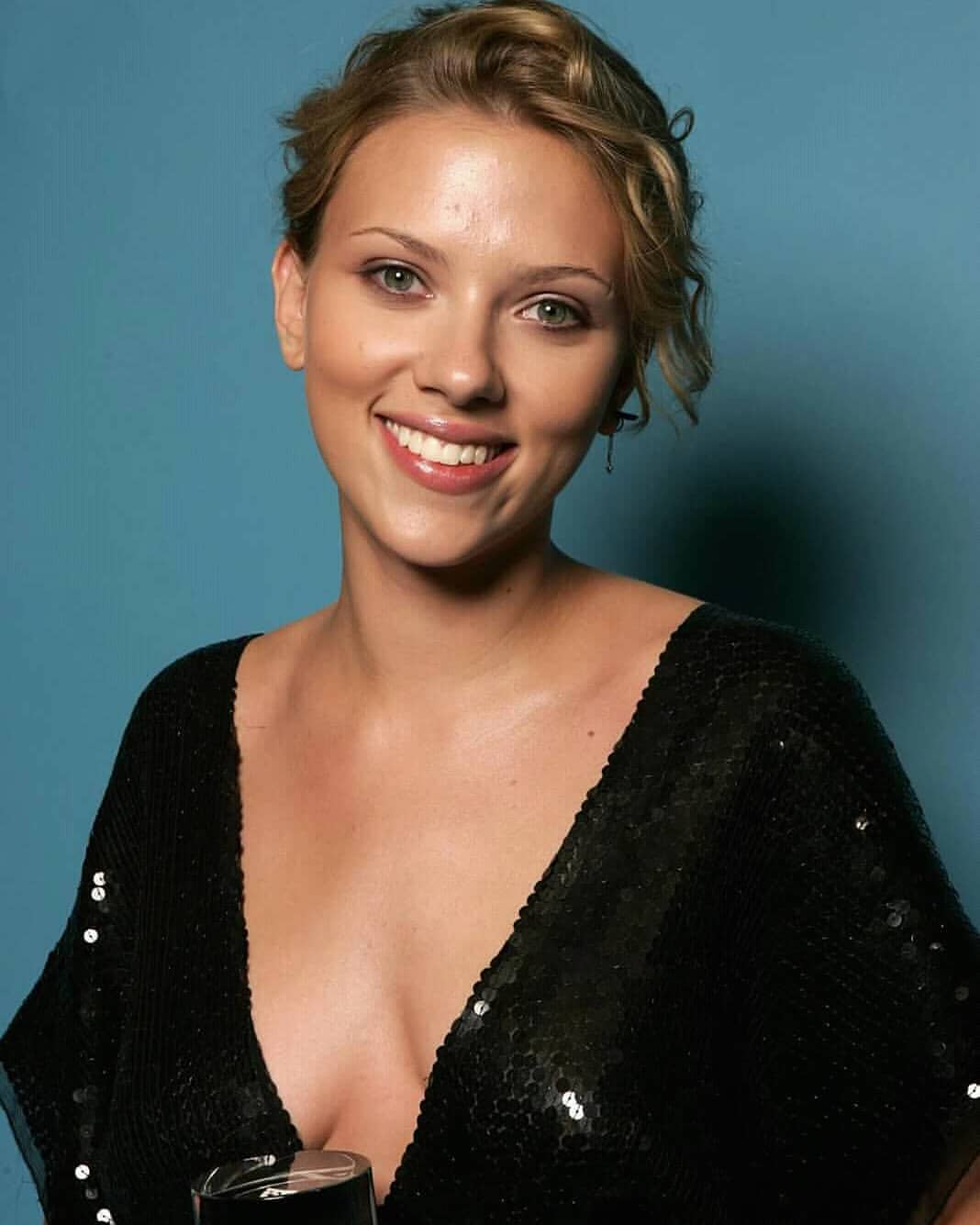 Scarlett Johansson hot cleavage photos