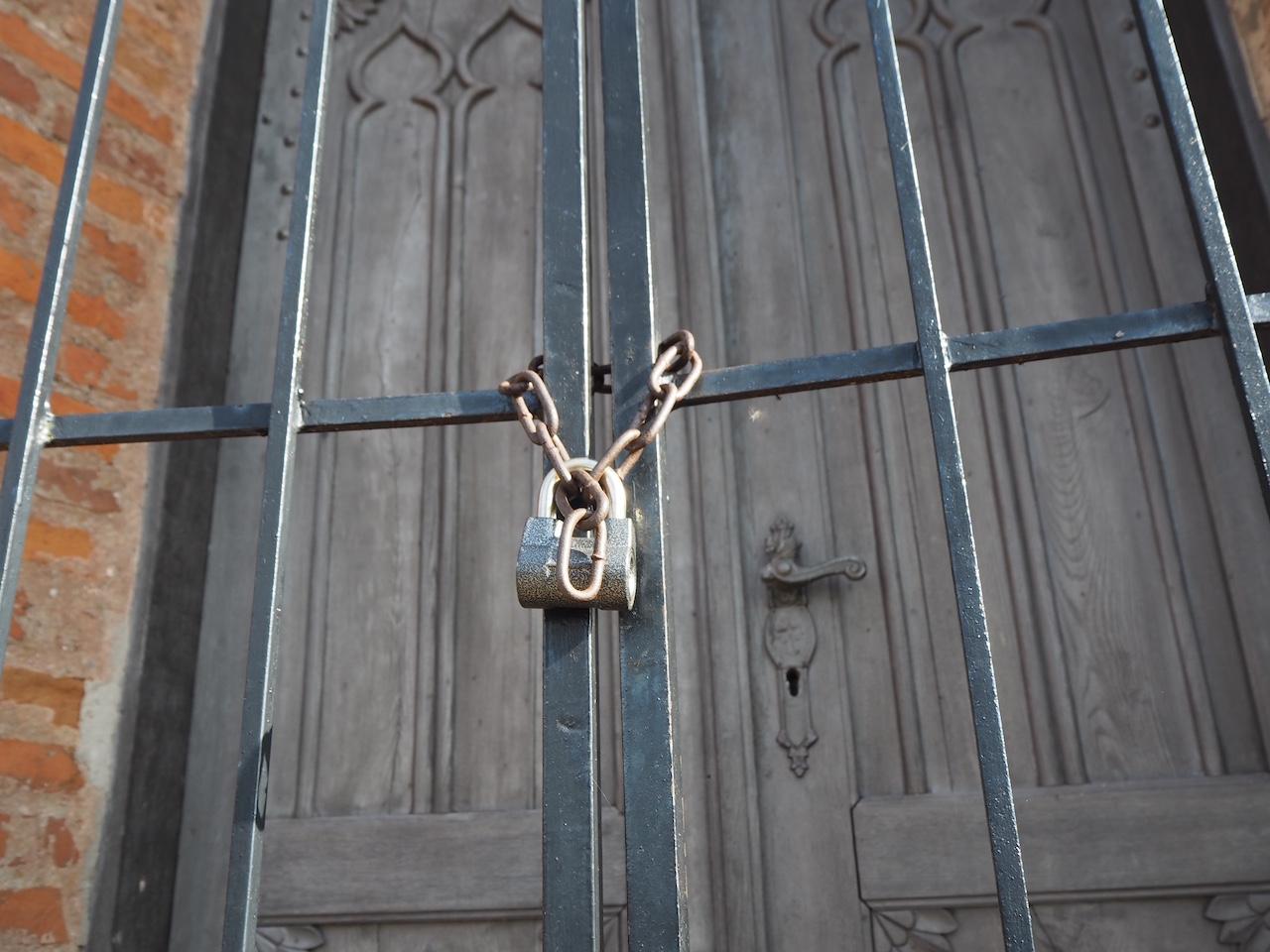 Spyna ant Bukaučiškių koplyčios durš
