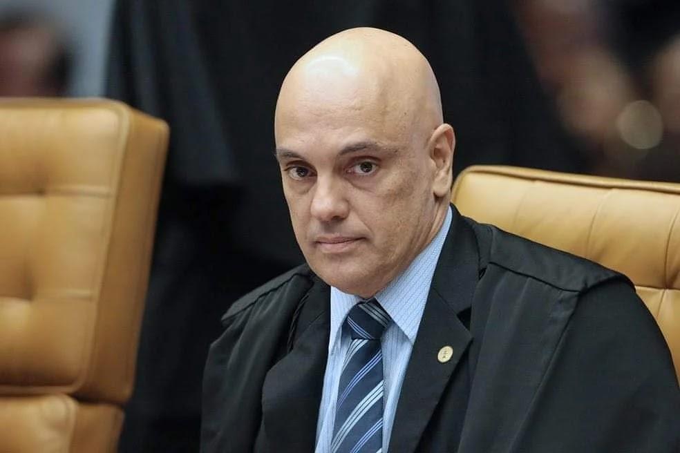 Moraes determina prisões de bolsonaristas e bloqueios de contas.