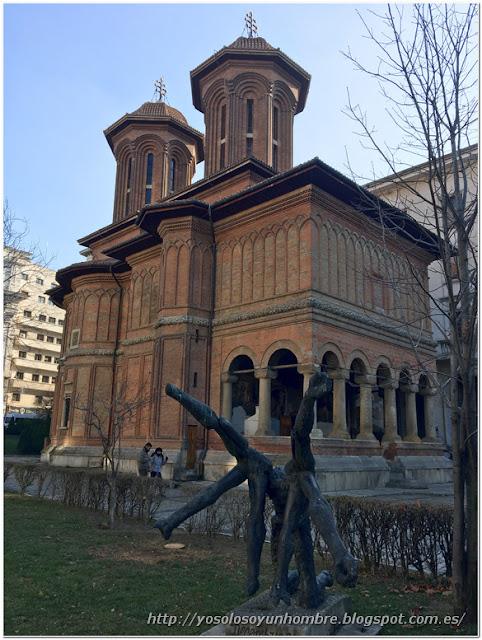 iglesia Kretzulescu, la más antigua, contrasta entre tanto edificio moderno