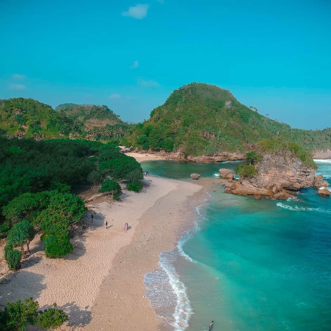 Pantai Watu Leter Malang