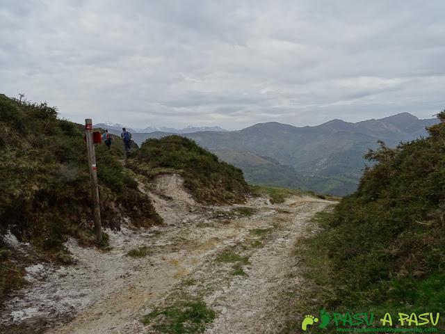Desvío a la izquierda hacia el Pico Facéu