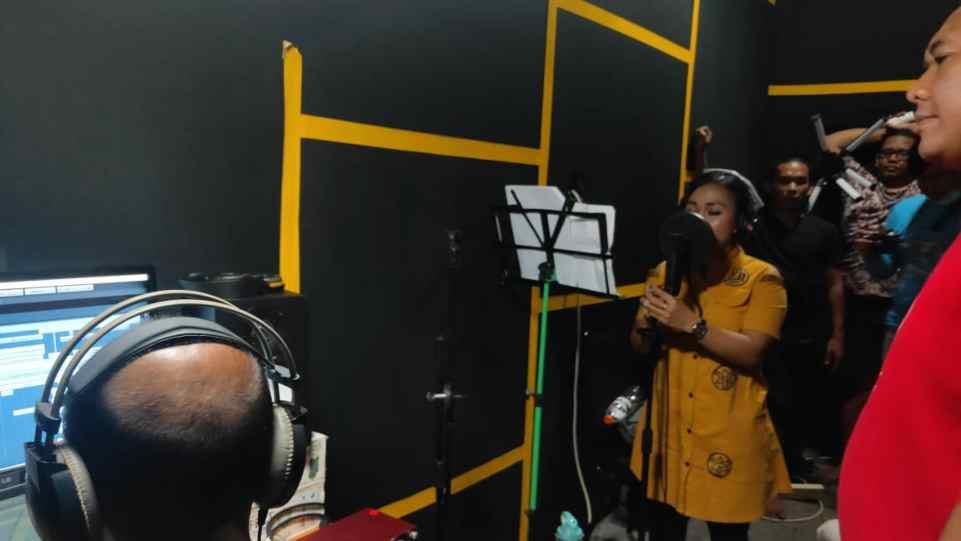 Tim Founder Records saat dampingi Rojanah rekam vokal untuk lagu Algoritma Cinta di Prima Founder Studio - Yogyakarta.