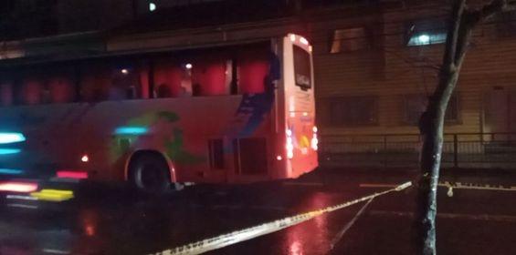 Osorno: bus que transportaba trabajadores impacta tendido eléctrico