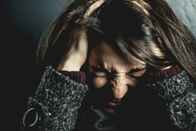 صورة فتاة في حالة قلق شاد
