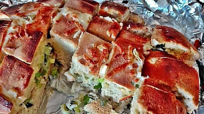 Pan relleno de cebollino, queso y mantequilla