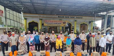 Kapolres Simalungun Dampingi Pembagian 250 Paket Sembako Dari Kapolda Sumut di Parapat