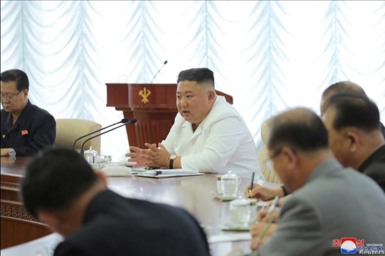 El líder de Corea del Norte, Kim Jong Un, participa en una reunión del politburó del Partido de los Trabajadores el 7 de junio de 2020 en Pyongyang / REUTERS