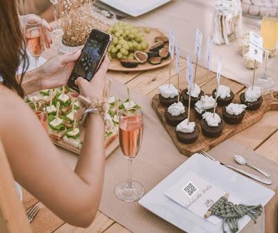 Mujer con smartphone y mesa con menú con código QR