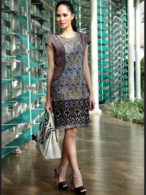 Model baju batik kerja wanita dengan tabrak motif