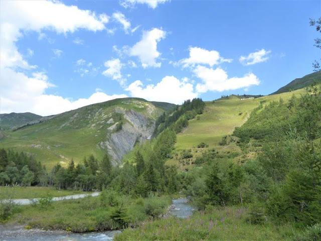 fiume che scorre ad arnouva