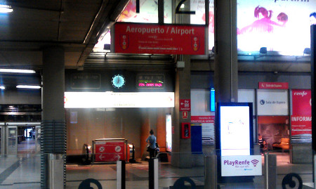 Acceso a escaleras mecánicas paradas fuera de servicio en la estación de Atocha-Cercanías (Madrid)