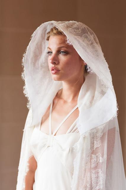 Une cape a grande capuche pour la mariée