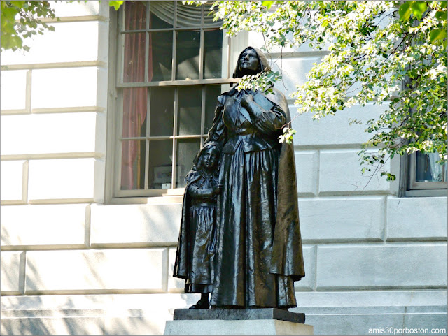 Escultura de Anne Hutchinson en el Massachusetts State House