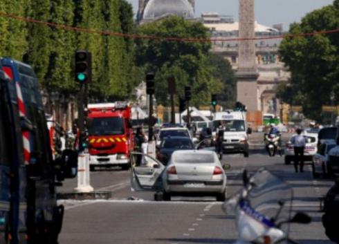 Veículo bate em furgão da polícia na Champs-Élysées em Paris