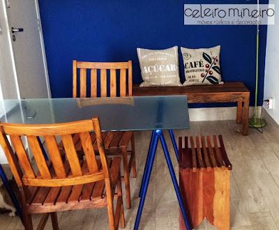 Casa de cliente que combinou mesa moderna com tampo de vidro com cadeiras rústicas de madeira de demolição
