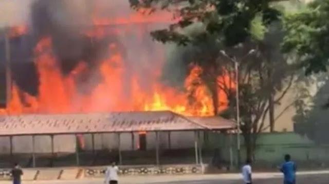 Orang Diduga Gila Bakar Sampah, GOR Saburai Lampung Terbakar