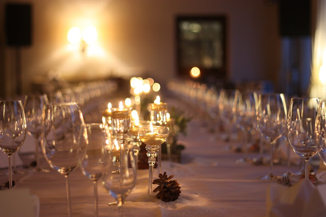 Winterhochzeit in den Bergen von Garmisch-Partenkirchen, Riessersee Hotel, Hochzeitshotel in Bayern, Gold, Weiß, Tannenzapfen, Winter wedding gold, white, pine cones, lake-side wedding abroad