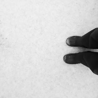 Sol enneigé et bottes noirs