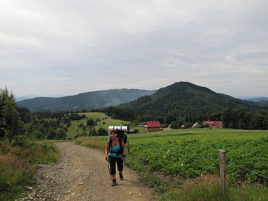 Podejście na Cieślar. Z tyłu widać zalesiony Stożek Wielki (czes. Velký Stožek; 979 m n.p.m.).