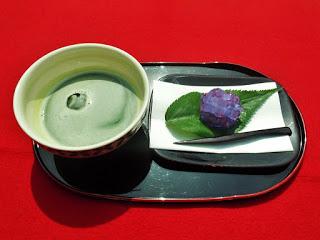 冷たいお抹茶と季節の生菓子のご紹介
