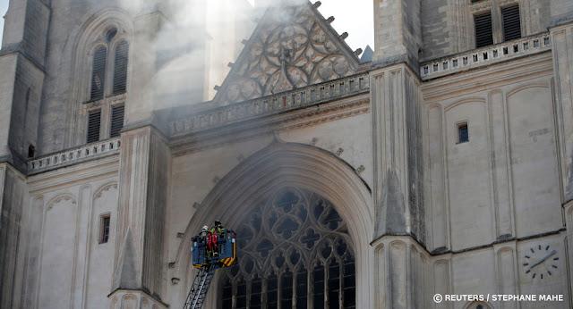 Gần 100 lính cứu hỏa đã được huy động để dập tắt đám cháy nhà thờ ở Nantes