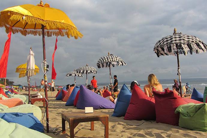 Pufs en la arena de la playa