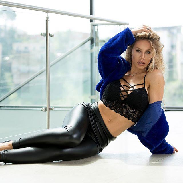 Nicole Aniston Photos