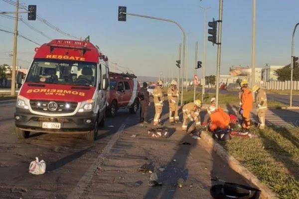 Acidente no cruzamento do Jardins Mangueiral: uma pessoa morre e outra se fere em colisão entre moto e carro