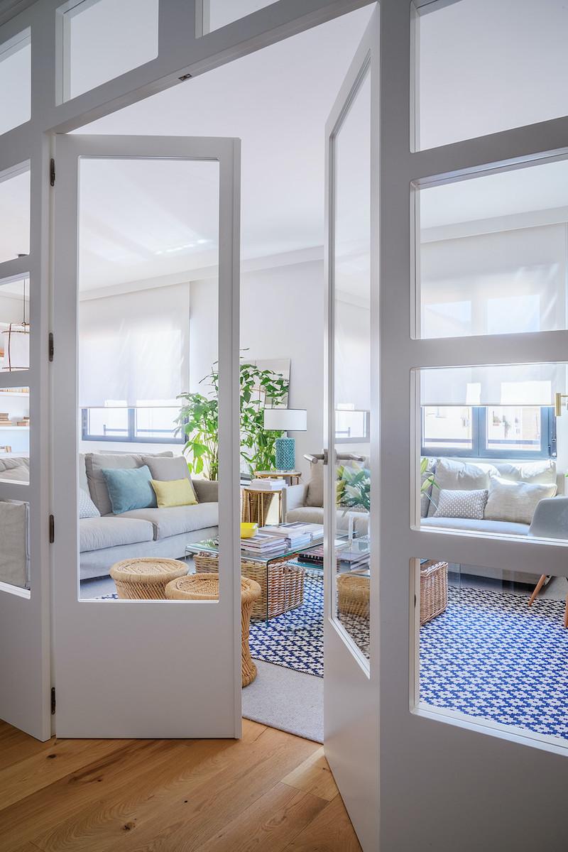 Puertas de acceso al salón comedor con puertas de madera de DM blancas