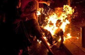 होलिका दहन की  आग में युवक को जिंदा जलाने की कोशिश की गई वीडियो हुआ वायरल