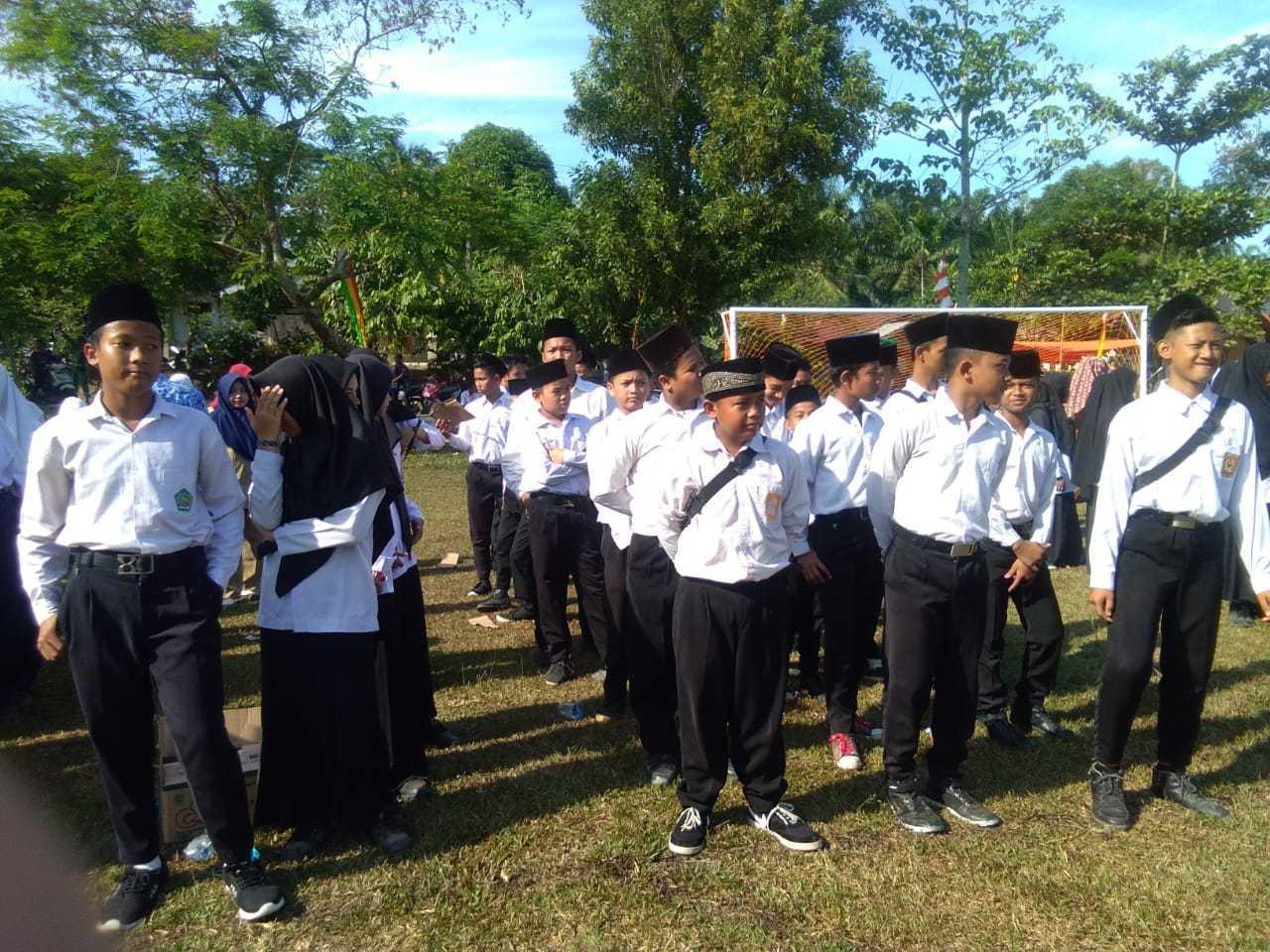 Siswa MTs Nurul Huda Ikuti Upacara HUT RI Ke-74 Di Lapangan Desa Dayo