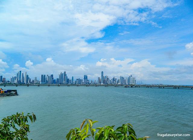Os arranha-céus da Cidade do Panamá vistos da muralha do Centro Histórico