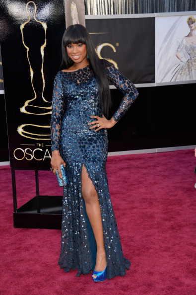 02a486b227 La intuición llegó cuando Jennifer Aniston caminó sobre el escenario de los  Oscars. El vestido Valentino de falda amplia se había visto algo plano en  la ...