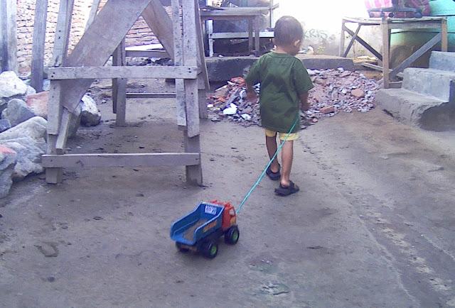 anak kecil main mobil mobilan
