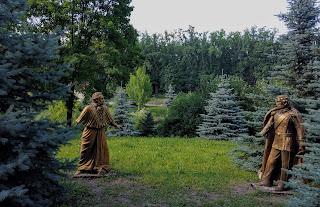 Графское. Гостинично-оздоровительный центр «Форест-Парк». Скульптура Пушкина и Дантеса