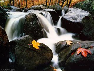 descenso-de-un-rio-entre-las-rocas-de-la-montaña